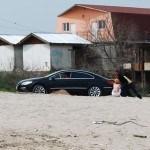 cu masina pe plaja